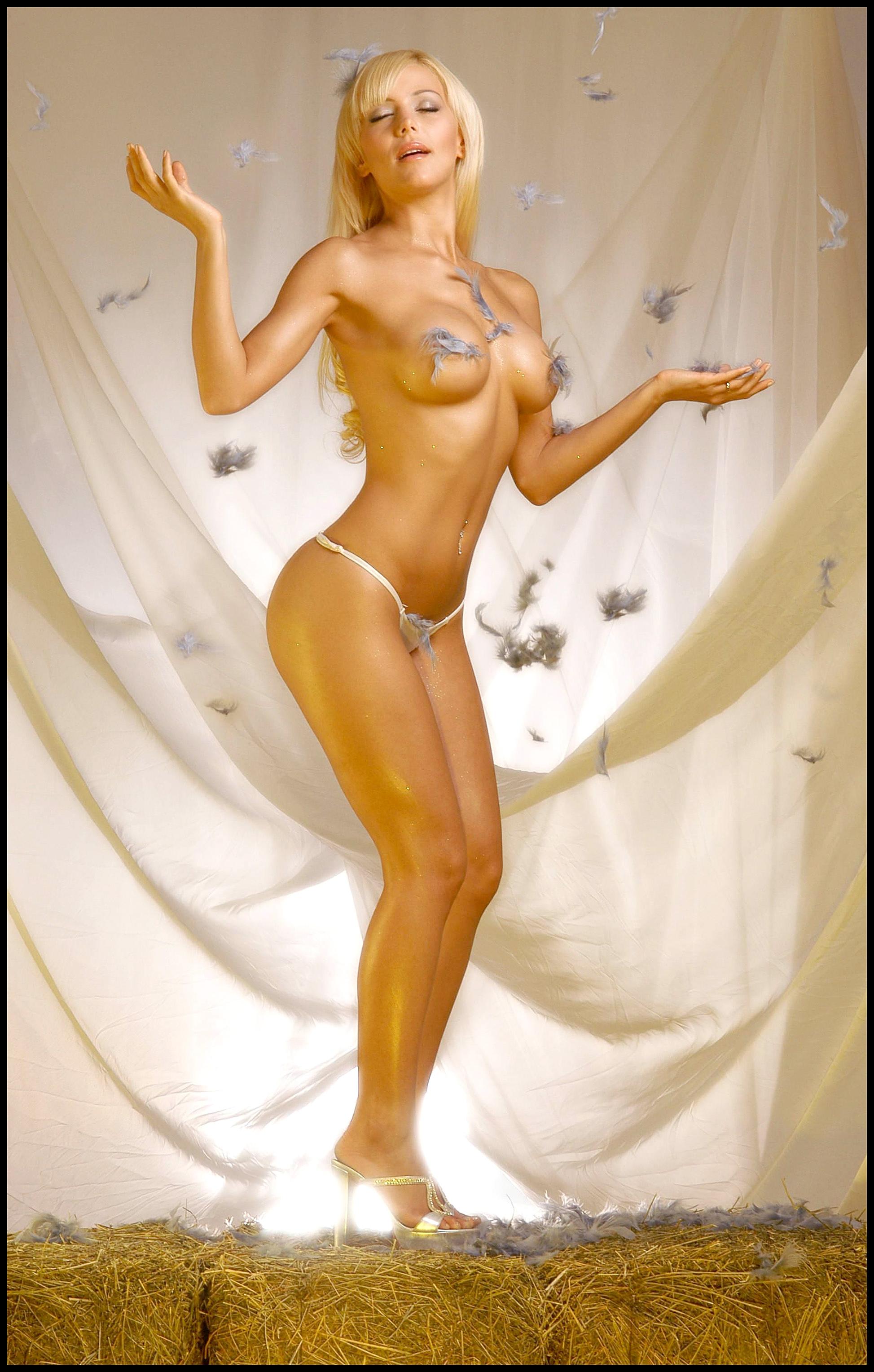 Голая девушка в костюме ангела фото 483-189